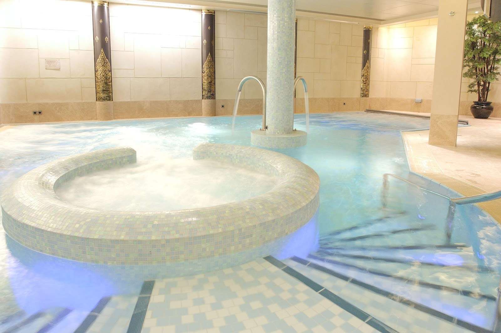 Senspa at careys manor wellbeing magazine for Hydroponic pool